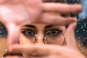 O altă tehnică bună este încorporarea fețelor umane în conținutul site-ului. Adăugați fețe umane și veți capta instant atenția asupra subiectului propus.